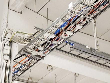 Демонтаж кабелей в лотках